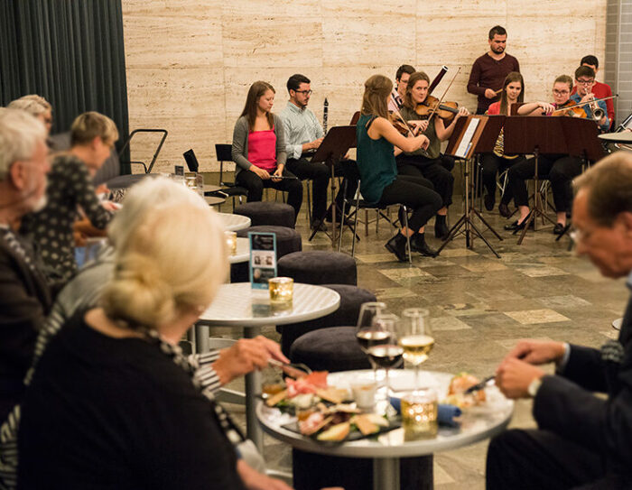 mingel och musik i marmorfoajén