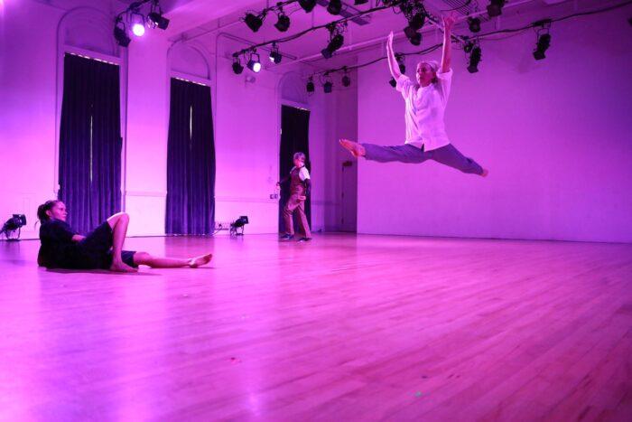 Tre stycken dansare i en studio