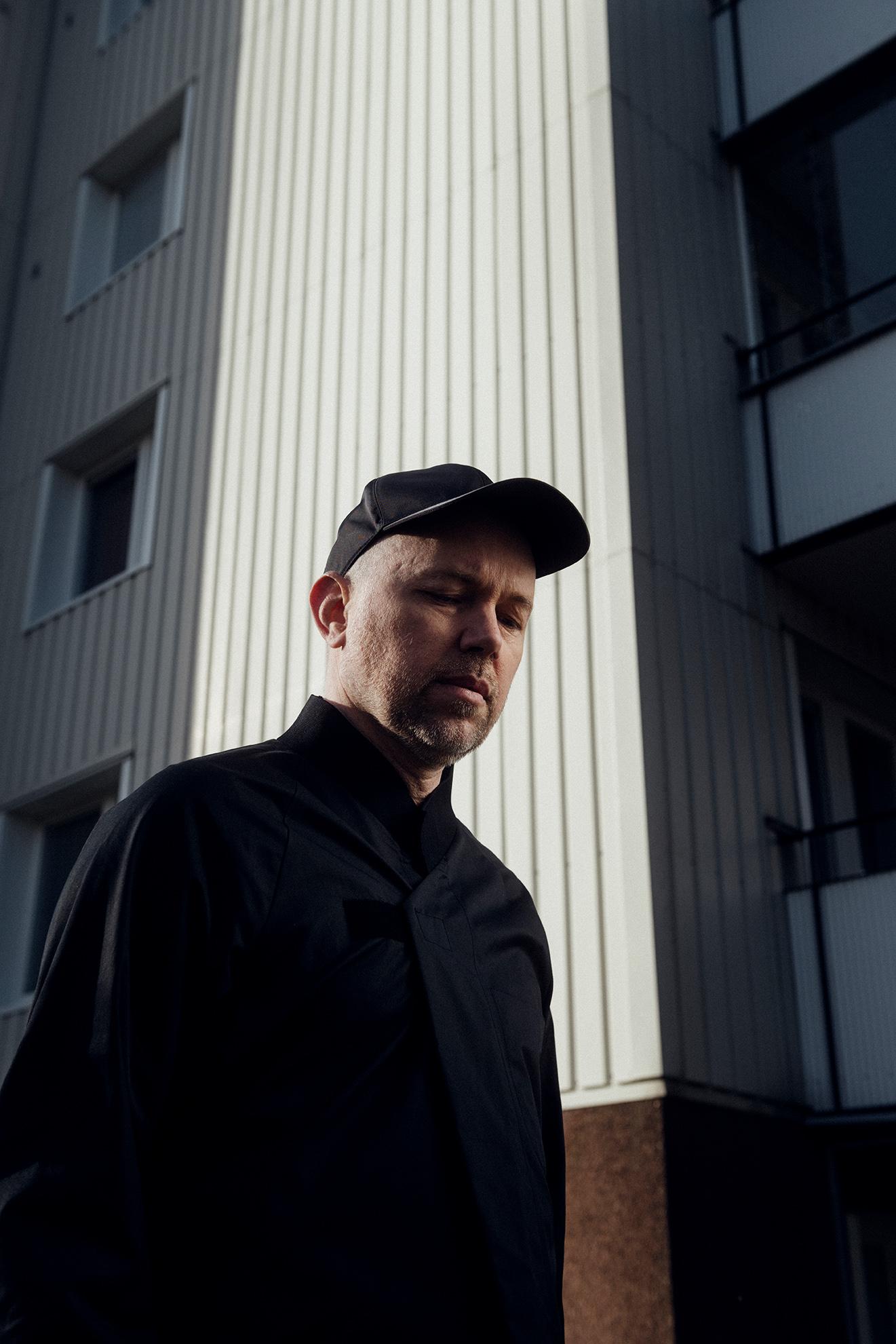 Tomas Andersson Wij framför en husfasad