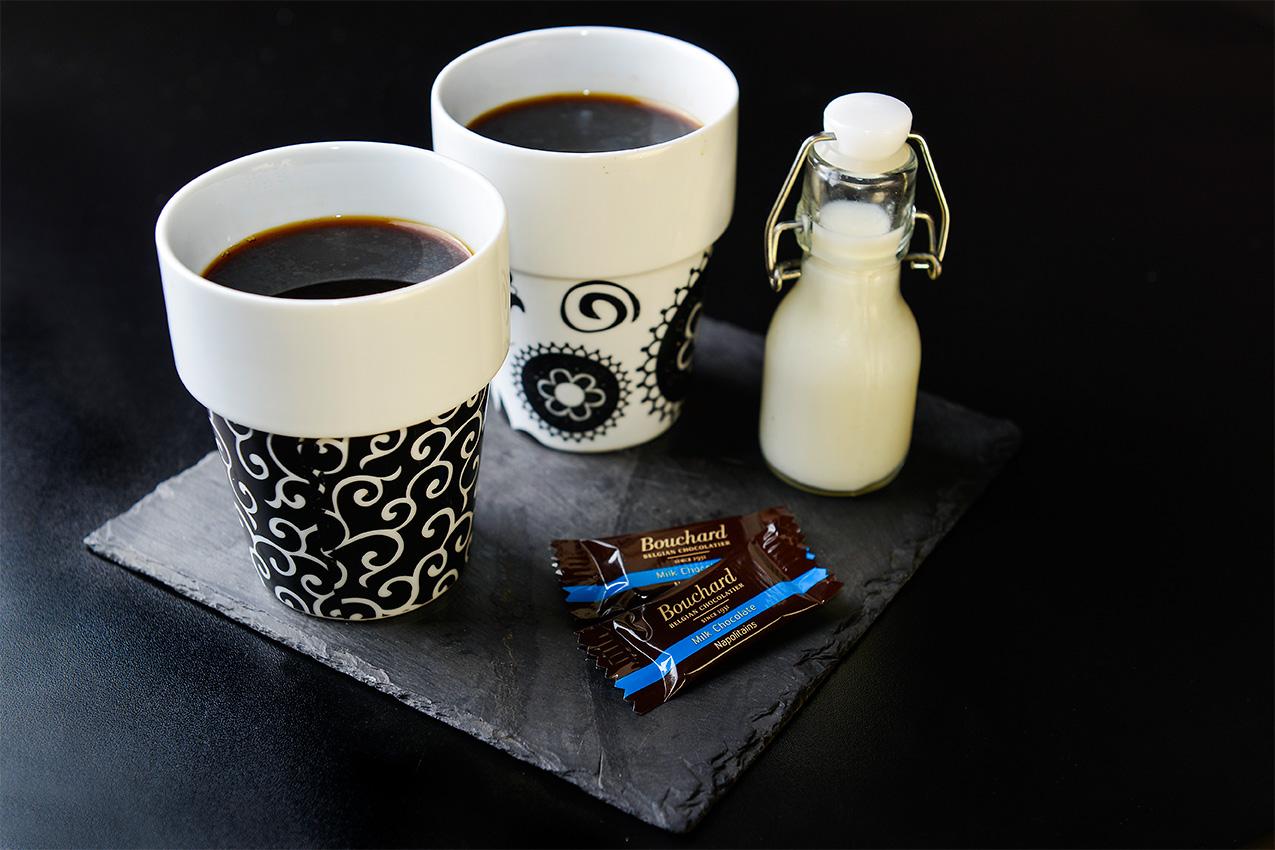 Två kaffekoppar med kaffe och mjölk