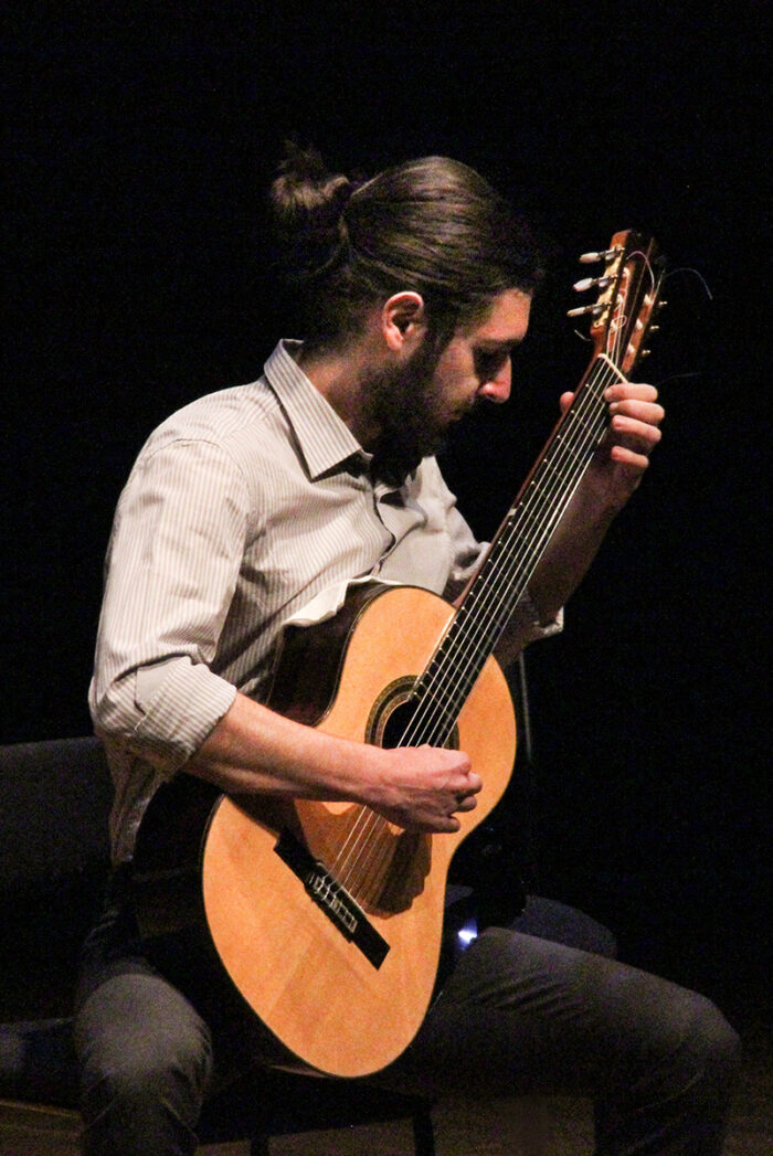 Ung man spelar gitarr